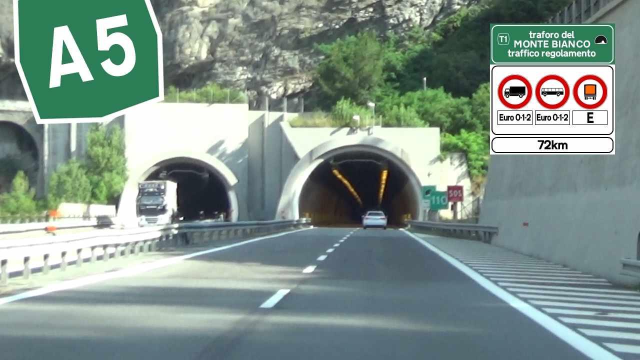 Tunnel del Monte Bianco, fumo da un bus: 67 evacuati