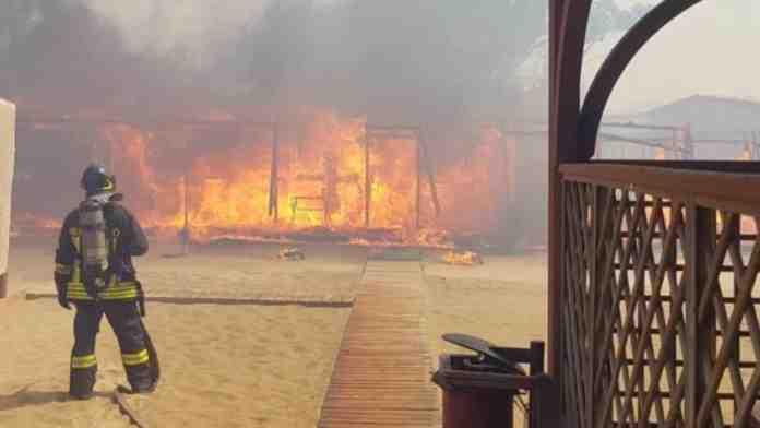 catania incendio litorale bagnanti evacuati
