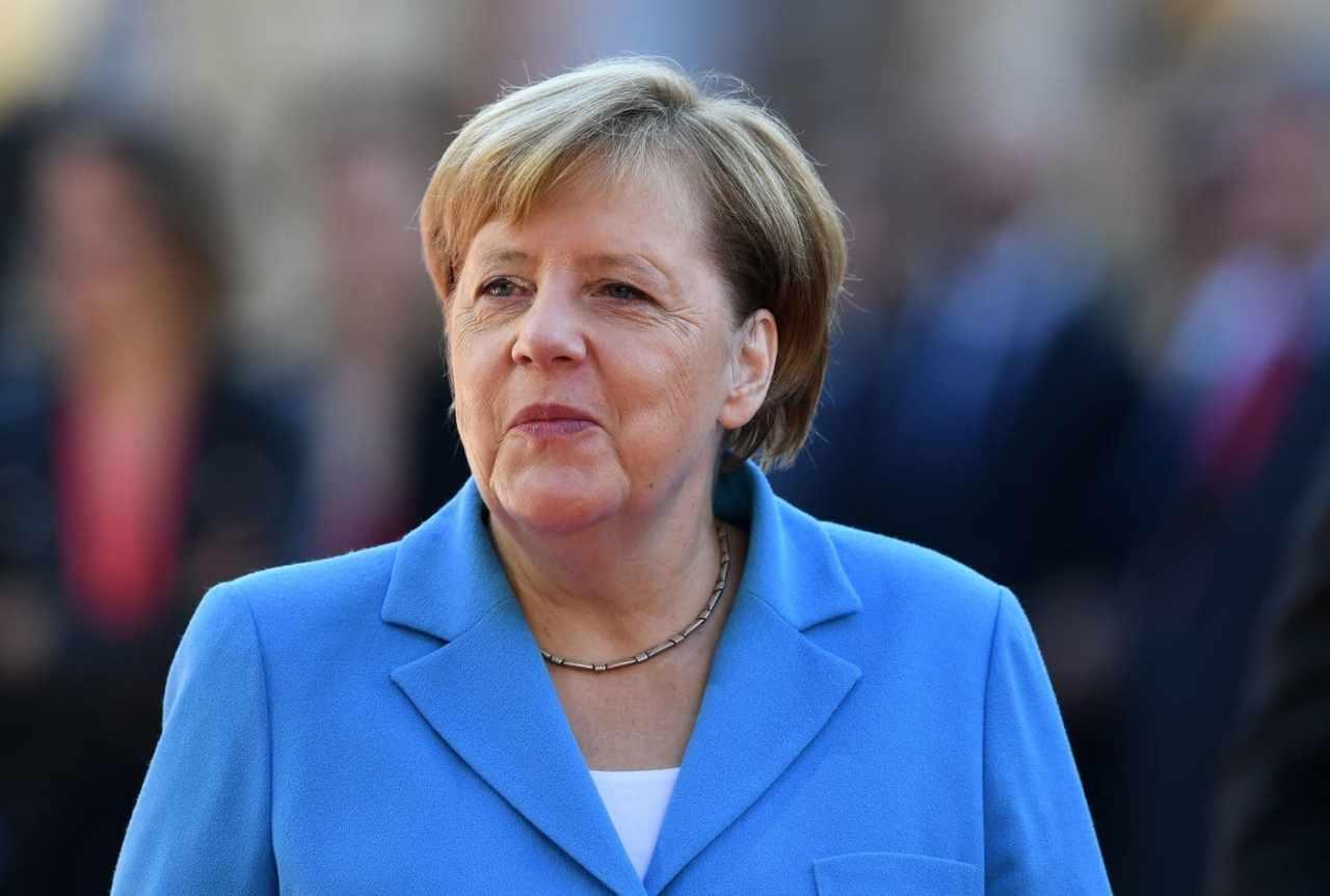 Merkel colta da tremore: la cancelliera trema per la terza volta