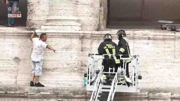 roma uomo minaccia buttarsi colosseo