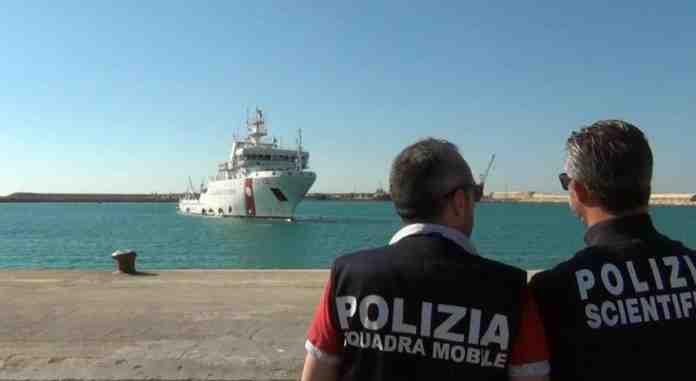 migranti arrestati scafisti ricatti torture