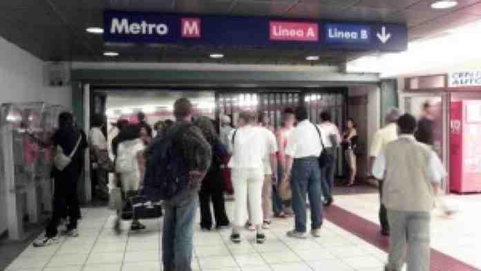 roma stazione termini buio scale mobili metro