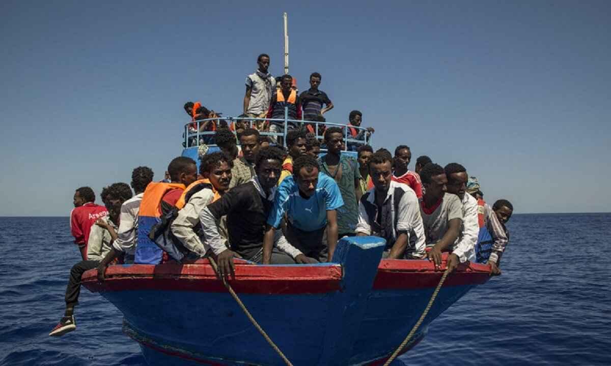 migranti hotspot lampedusa pieno